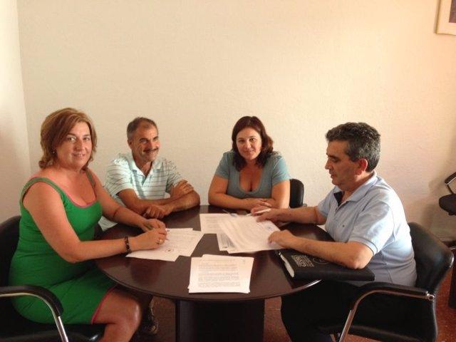 La alcladesa de Algarrobo, en el centro y a la izqda portavoz PP Pilar Díaz
