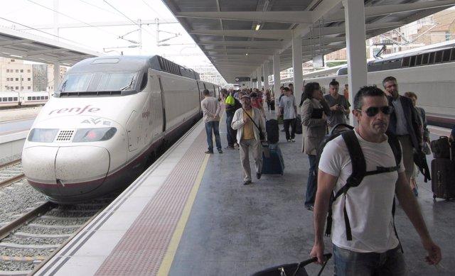 Pasajeros del AVE, a su llegada a Alicante (imagen de archivo)