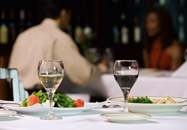 Cena. Verdura. Copas de vino. Dieta mediterránea