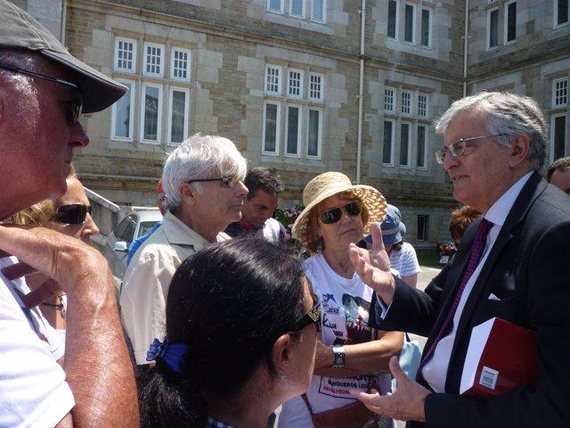 El fiscal general del Estado, Eduardo Torres-Dulce, con los preferentistas