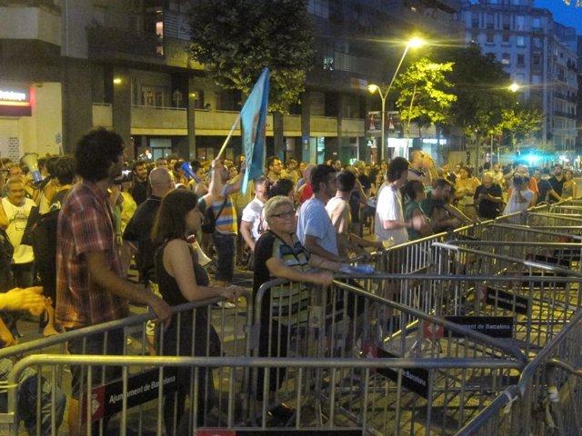 Manifestantes ante la sede del PP por el caso Bárcenas