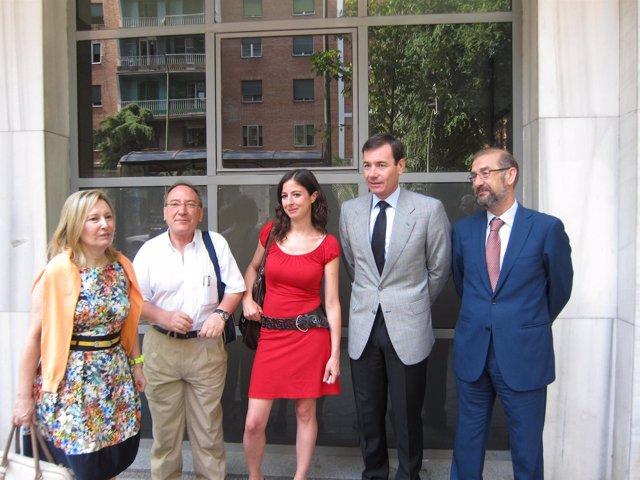 Tomás Gómez junto a defensores de la Ley de Memoria Histórica
