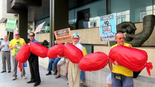 Adicae lleva un chorizo gigante a la sede de Bankia
