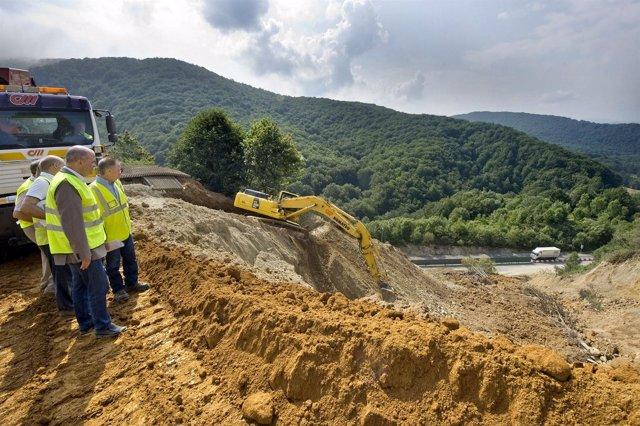 Zarraluqui en la visita a los trabajos de contención de la ladera sur del túnel.