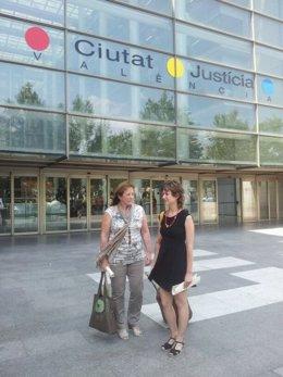 Marga Sanz y Marina Albiol en las puertas de la Ciudad de la Justicia