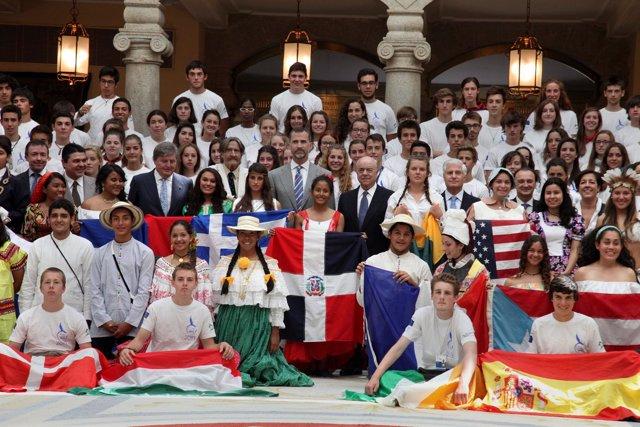 Los estudiantes de la XVIII Ruta Quetzal, junto con el príncipe Felipe