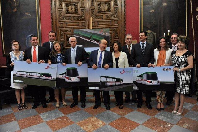 Presentan el tren turístico que conectará con la Alhambra