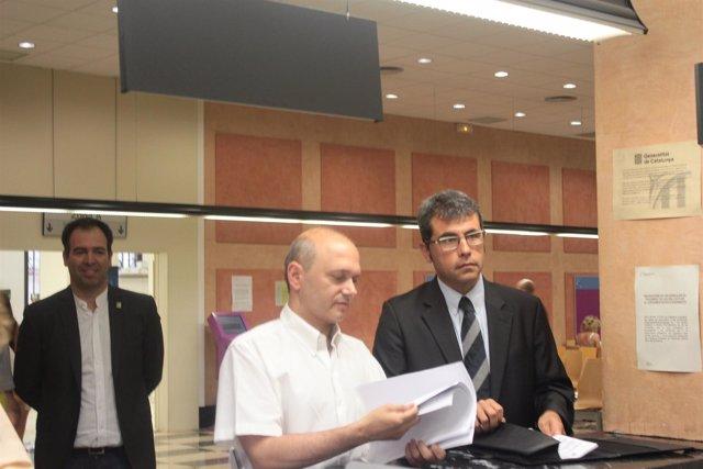 El alcalde de Alella (derecha) presenta los impuestos del municipio de Alella