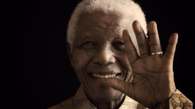 Mandela celebra sus 95 años con mejoría de salud