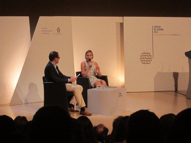 Ainhoa Arteta, durante su coloquio con Ramón Carbajosa.