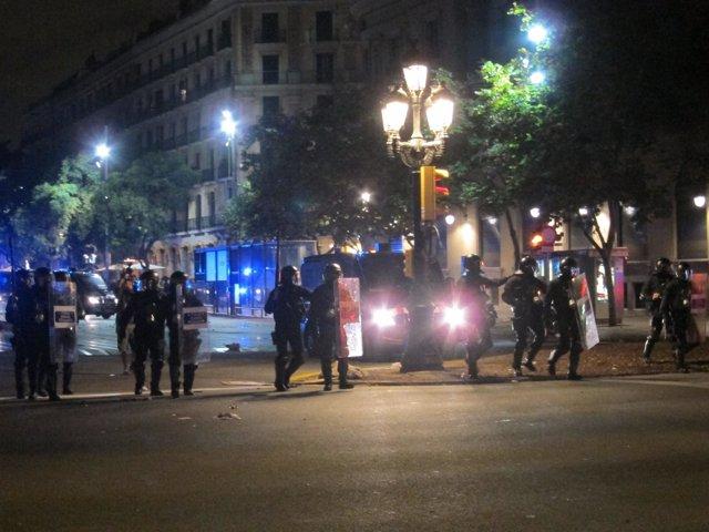 Mossos durante altercados de la huelga 14N de 2012 en Barcelona