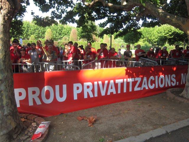 Protesta de trabajadores de la CCMA ante el Parlament