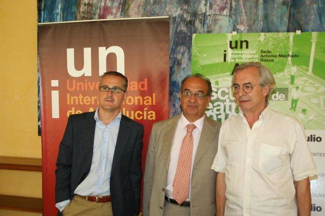 El rector de la UNIA, Juan Manuel Suárez, en el centro