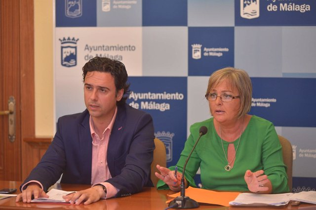 Raúl Jiménez edil de Medio Ambiente junto a Teresa Porras, de playas