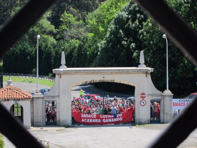 Protesta de trabajadores de Sniace en la fábrica