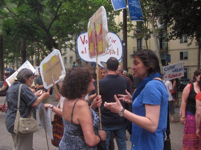 Manifestantes de Ciutat Vella apoyan a la excjal. Itziar González