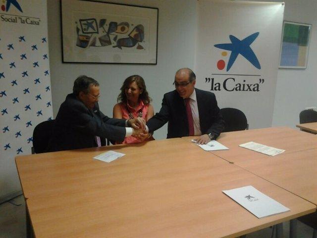 Firma de uno de los convenios de la Obra Social La Caixa