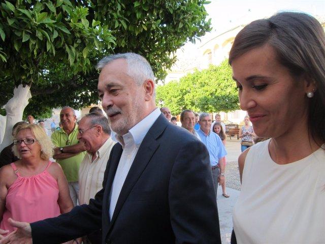 Griñán, a su llegada a Monturque, junto a su alcaldesa