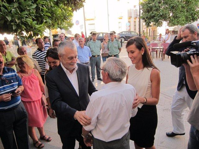 Griñán saluda a un vecino de Monturque junto a su alcaldesa