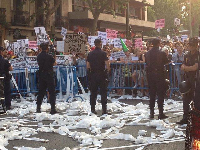 Lanzan papel higiénico a los agentes en la manifestación frente a la sede del PP