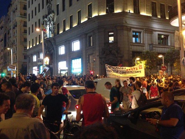 Los manifestantes que exigen la dimisión de Rajoy cortan el tráfico en Gran Vía