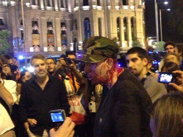 Un chico resulta herido durante la protesta para pedir la dimisión de Rajoy