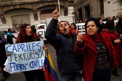 Cientos de personas protestan en Chile contra Capriles y lanzan huevos