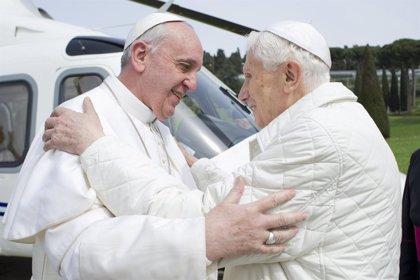 Brasil.- El Papa Francisco visita a Benedicto XVI antes de su viaje y le pide que le acompañe con su oración