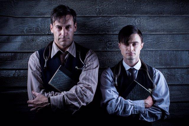Daniel Radcliffe y Jon Hamm en la serie