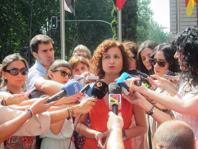 La consejera andaluza María Jesús Montero atendiendo a los periodistas