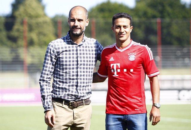 Thiago Alcántara con Pep Guardiola en su presentación