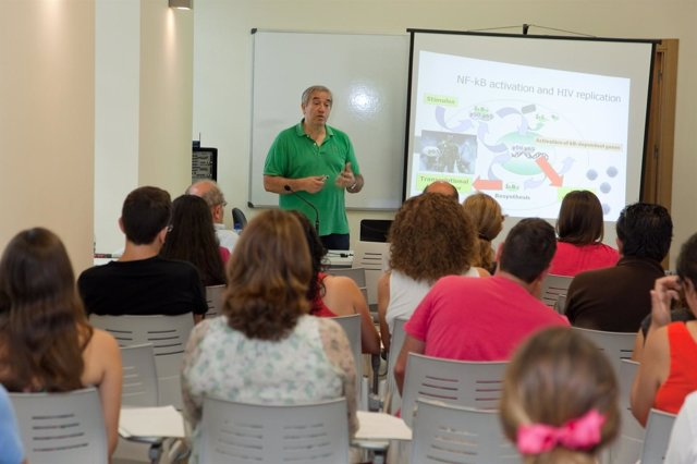 José Alcami en los Cursos de Verano de la UMA