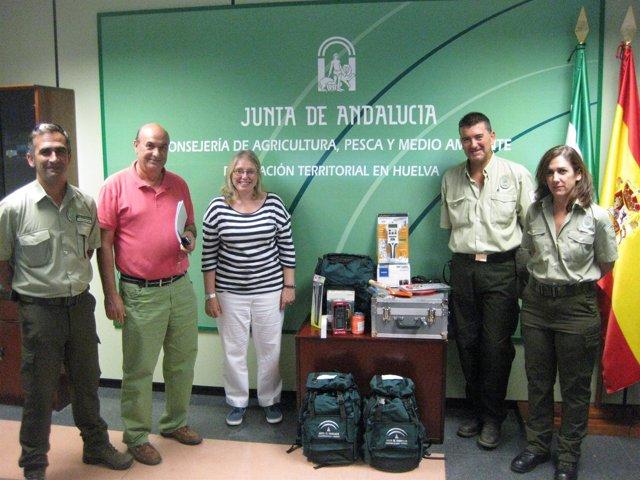 La delegada de Agricultura, Carmen Lloret, entrega material para esclarecer ince