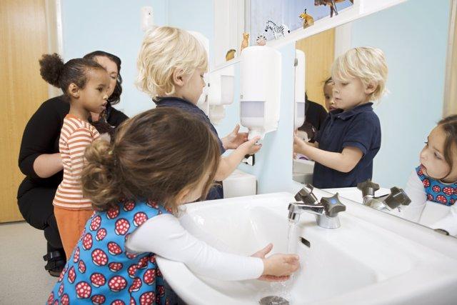 Niños Lavándose, Colegio, Lavabo, Lavar Las Manos