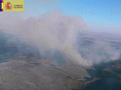 El Gobierno suma 3 medios aéreos más a los activos que luchan contra el fuego de Valdepeñas de la Sierra