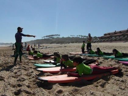 'Soñar sobre las olas', surf para personas con discapacidad visual