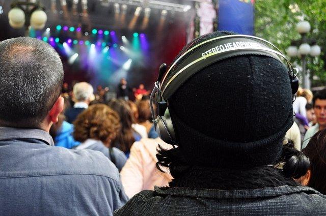 Escuchar música, concierto, auriculares