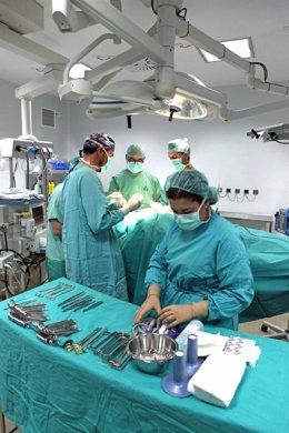 Equipo médico del Hospital San Juan de Dios de Aljarafe en una intervención
