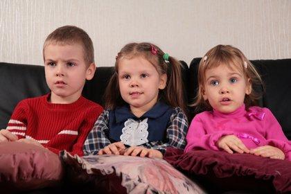 Ver demasiada televisión disminuye la atención y el lenguaje en los niños