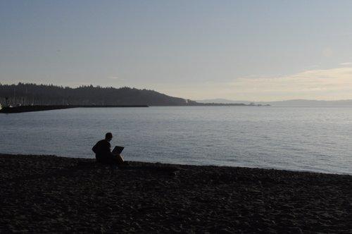 Ordenador portátil en la playa