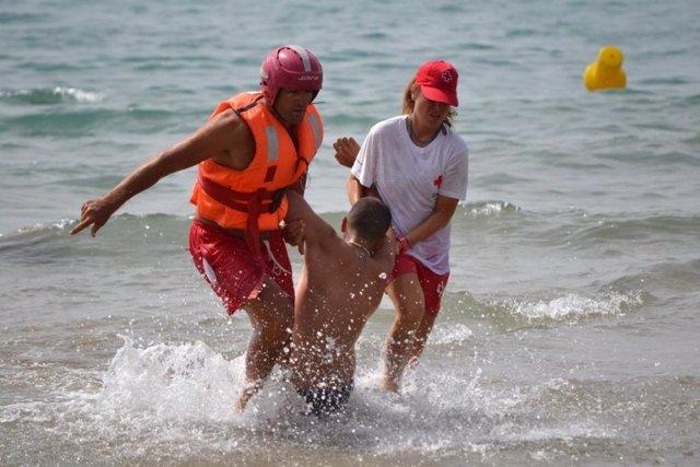 Rescate realizado por Cruz Roja en una playa de Alicante