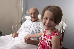 FEFE. Anciano, nieta, hospital, cama- campaña FEFE