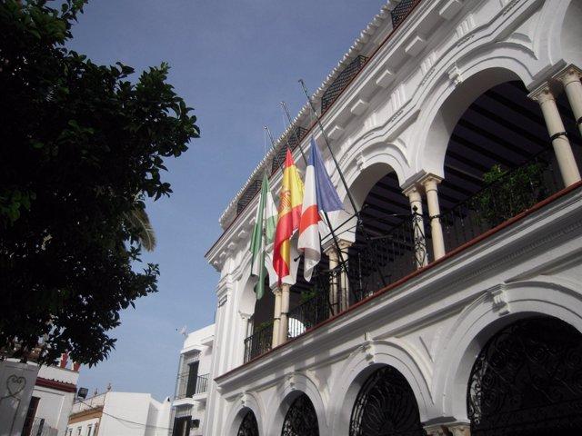 Banderas a media asta en el Ayuntamiento de Almonte.