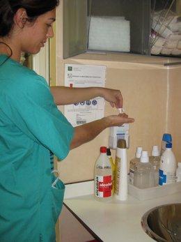 Una Médica Se Lava Las Manos Con Solución Hidro-Alcohólica