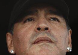 El ex jugador argentino de fútbol Diego Maradona entre los espectadores de un en