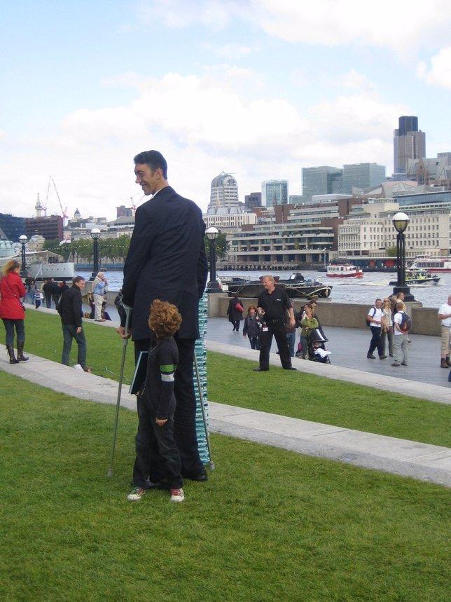 Hombre alto, estatura elevada