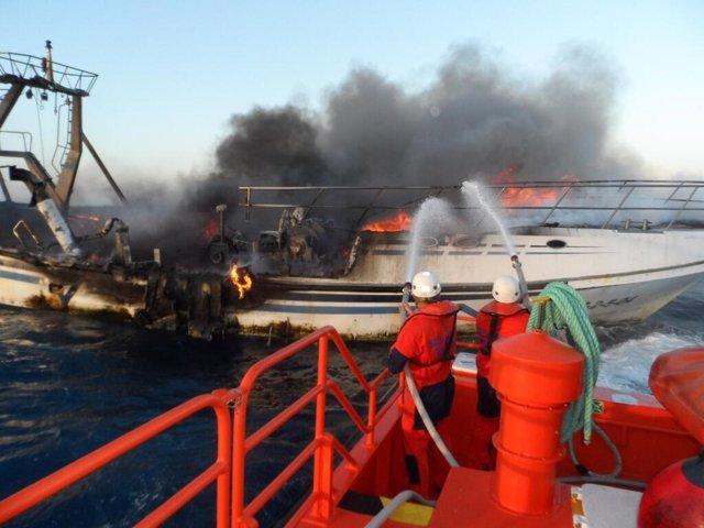 Incendio del pesquero El Nene en aguas de Almería