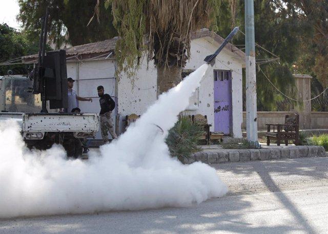 Integrantes del Ejército de Siria Libre observan el lanzamiento de un cohete de