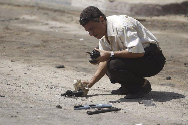 Un policía investiga el sitio de un ataque con bomba cerca del hogar del ministr