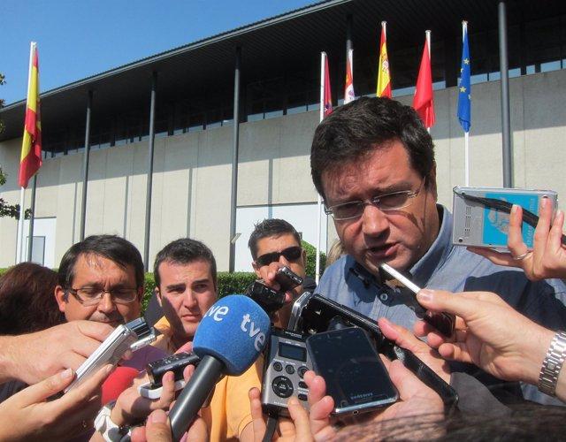 Óscar López atiende a los medios a su llegada a Salamanca